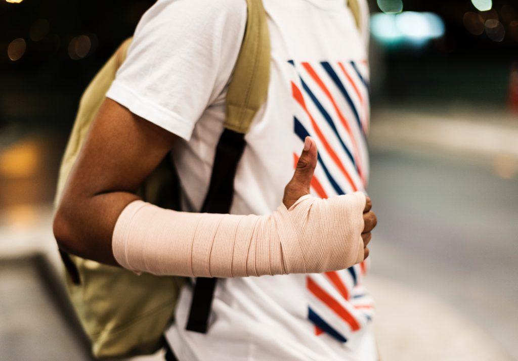 Hombre con vendaje en el brazo