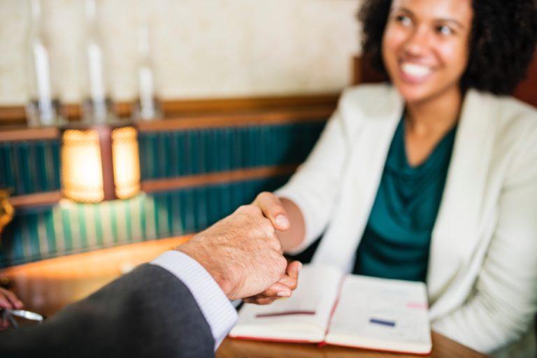 acuerdo de manos en un despacho
