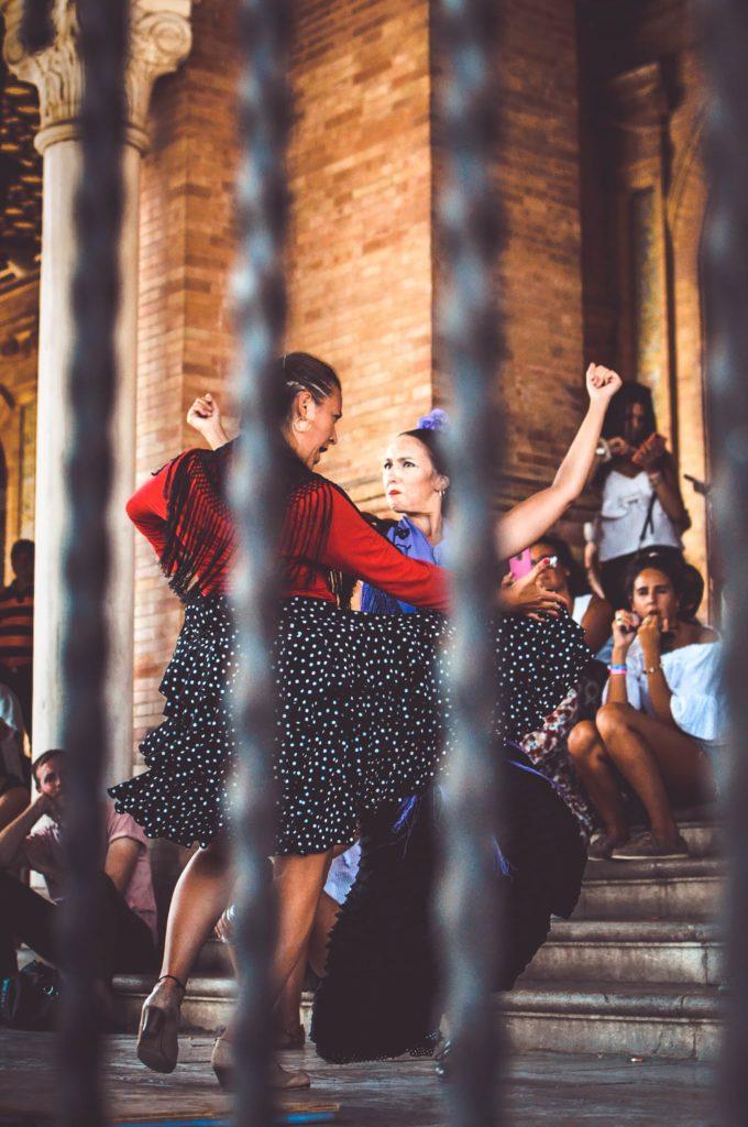 señoras bailando sevillanas