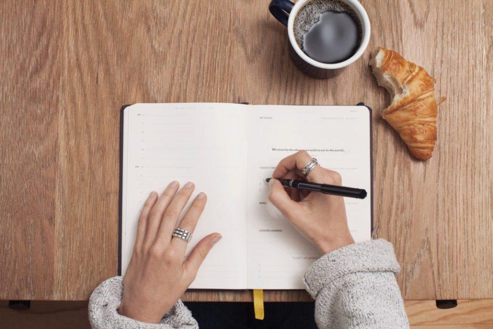 Escribiendo encima de una mesa
