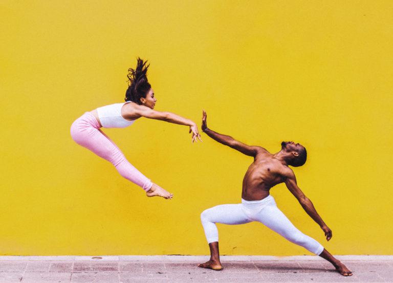 chico y chica bailando danza contemporánea