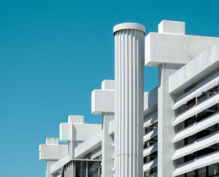edificio con pilares