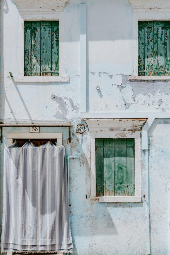 fachada de una casa con 3 ventanas