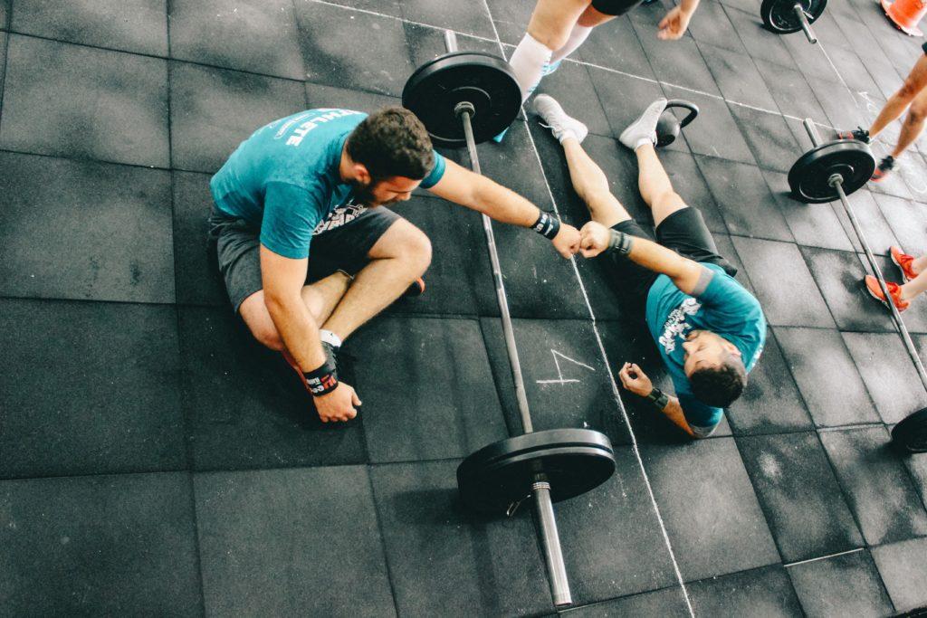 chicos entrenando en el gimnasio
