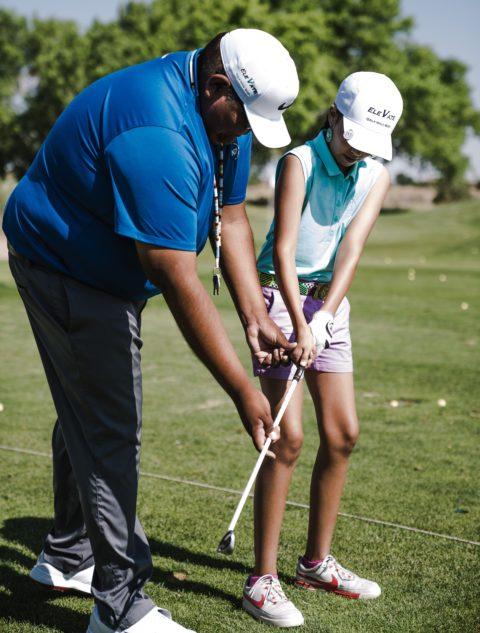 chico y chica jugando al golf