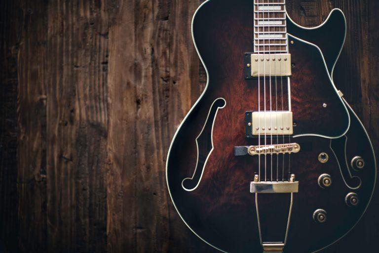 guitarra apoyada en la pared