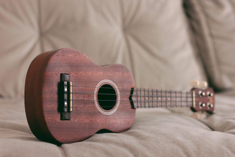 guitarra encima del sofá