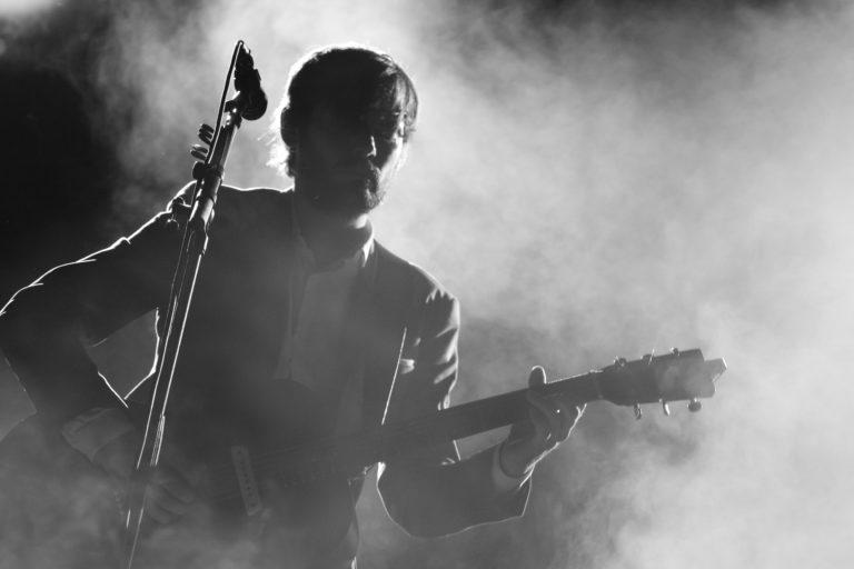 hombre tocando una guitarra