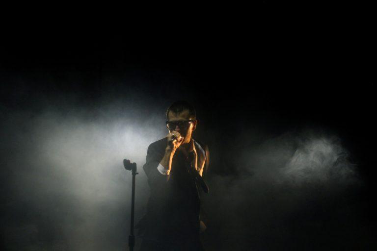 hombre cantando con el fondo negro