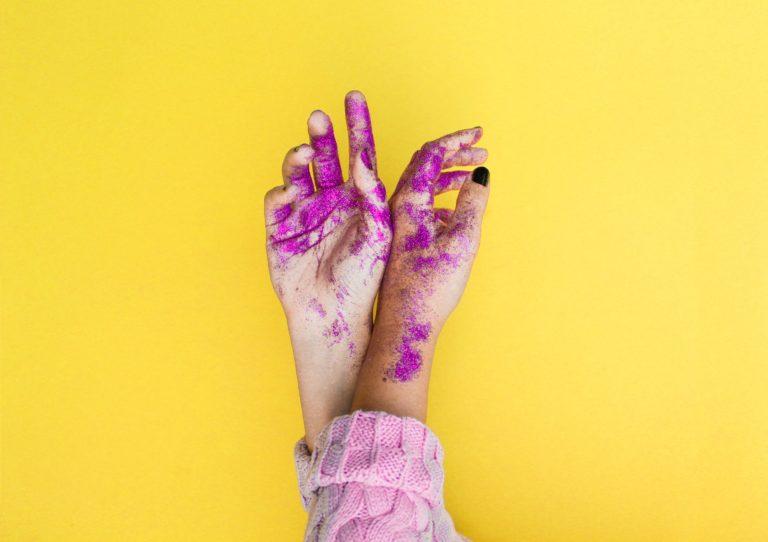 2 manos pintadas con el fondo amarillo