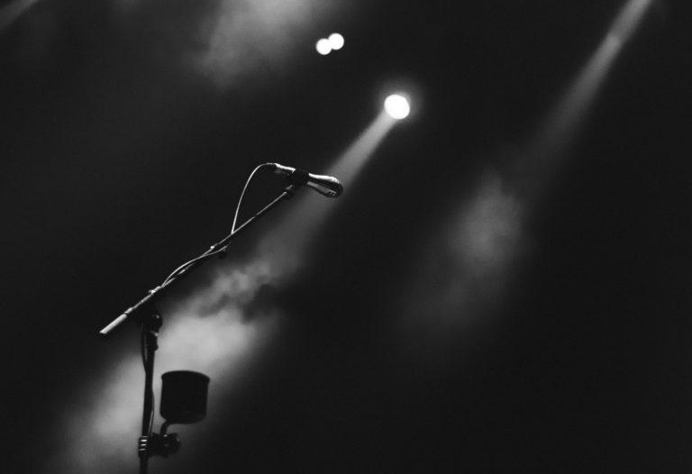 micrófono encima de un escenario