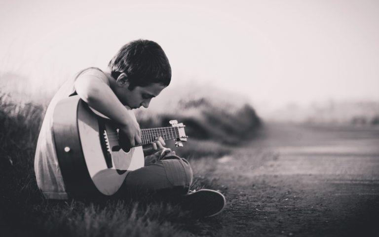 joven tocando la guitarra