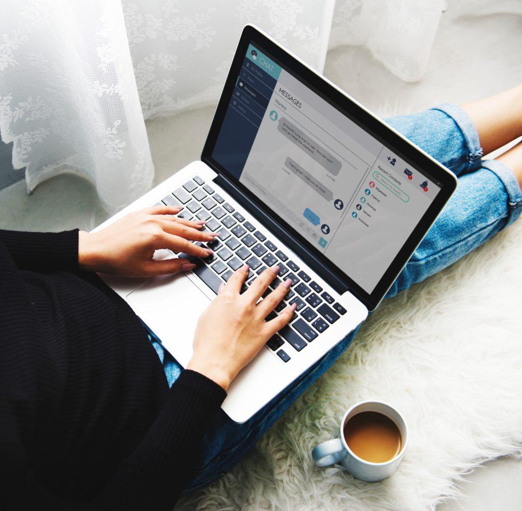 persona trabajando con el portátil y un café