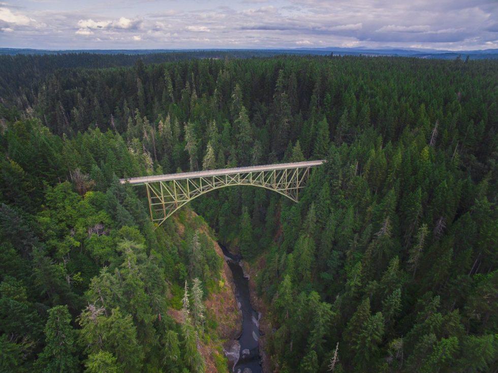 puente por encima de un rio