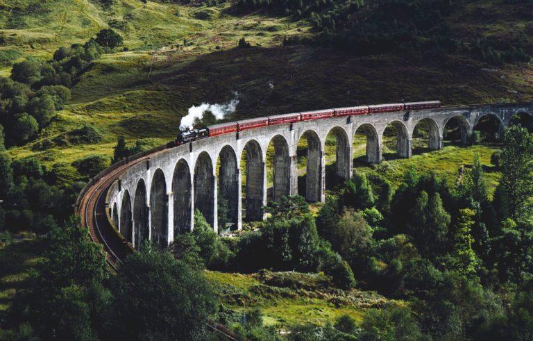 tren pasando por encima del puente
